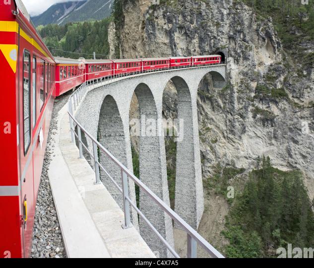 Rhätische Bahn Zug von St. Moritz nach Chur Filisur gerade verlassen hat, und ist dem berühmten Landwasser Stockbild