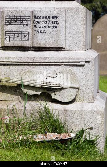 Detail der Grabstein von Wallace Hartley, Kapellmeister auf der Titanic in Colne Friedhof Stockbild