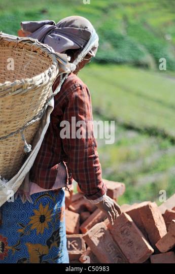 Eine nepalesische Frau arbeitet in einer Fabrik Ziegel im Kathmandu-Tal Stockbild
