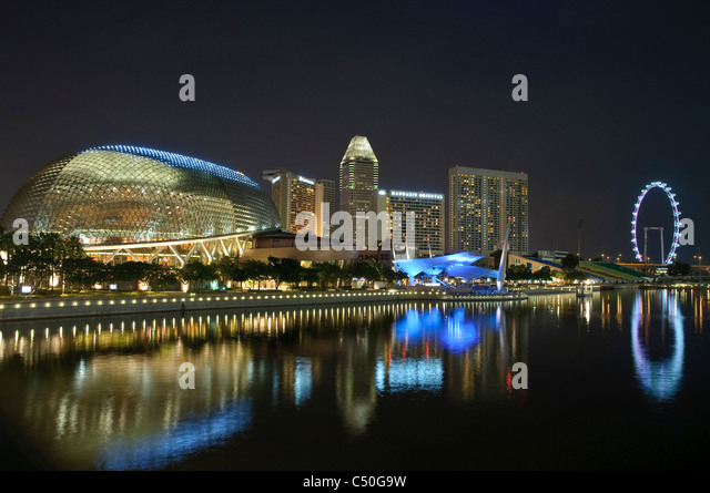 Esplanade Concert Hall an der Marina Bay, Skyline mit Singapore Flyer, Nacht, Singapur, Südostasien, Asien Stockbild