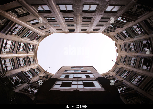 Spanien, Barcelona, Casa Mila, Atrium vom Innenhof aus gesehen Stockbild