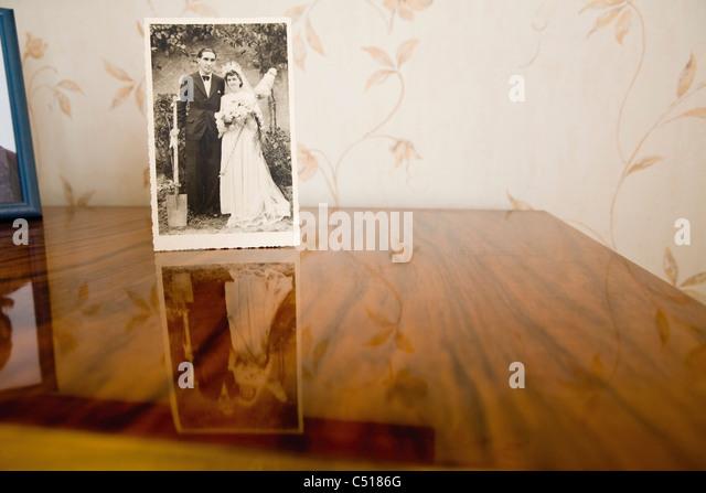Altes Foto von Braut und Bräutigam an ihrem Hochzeitstag Stockbild