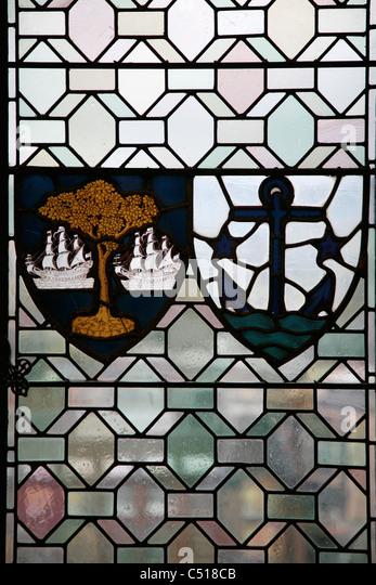 Glasfenster mit Wappen Stockbild