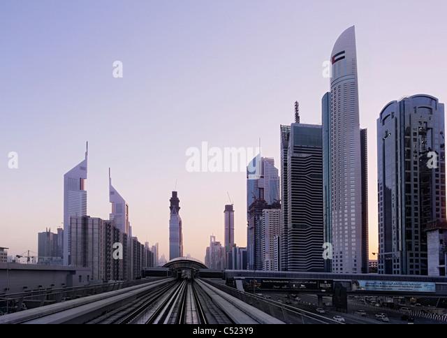 Blick aus der u-Bahn auf der Sheikh Zayed Road, Sonnenuntergang, downtown Dubai, Dubai, Vereinigte Arabische Emirate, Stockbild