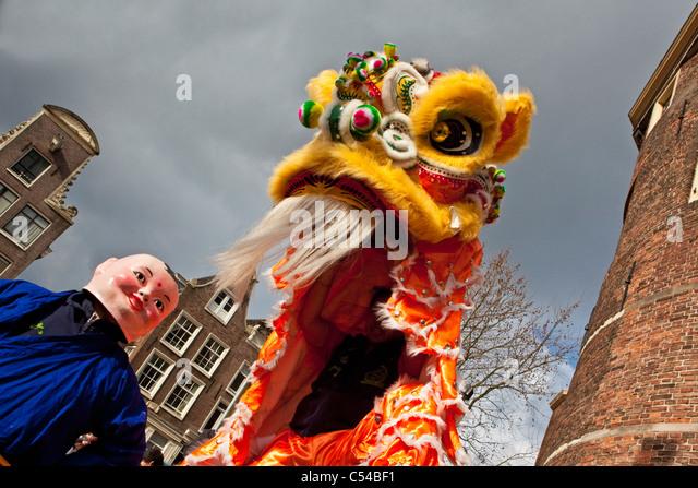 Die Niederlande, Amsterdam, feiert Chinesisches Neujahr auf Platz genannt Nieuwmarkt. Stockbild