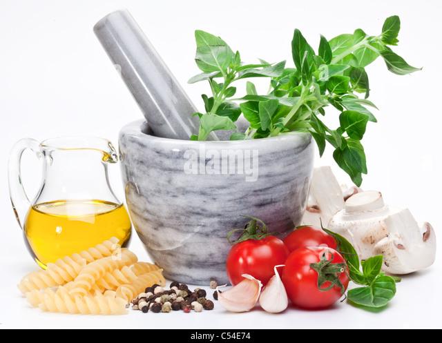 Mörser mit Stößel und Basilikum Kräutern und Olivenöl. Stockbild