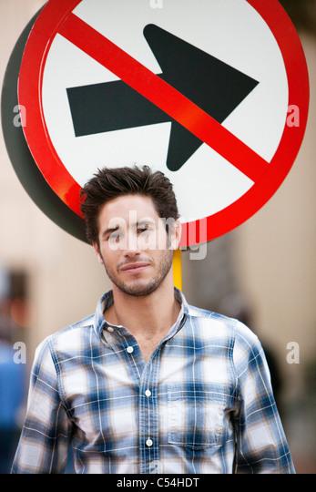 Gut aussehender Mann lächelnd mit kein Eintrag Zeichen im Hintergrund Stockbild