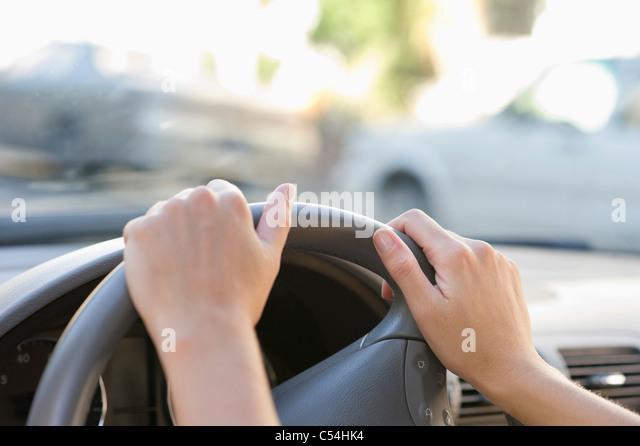 Nahaufnahme von Menschenhand mit Lenkrad Stockbild