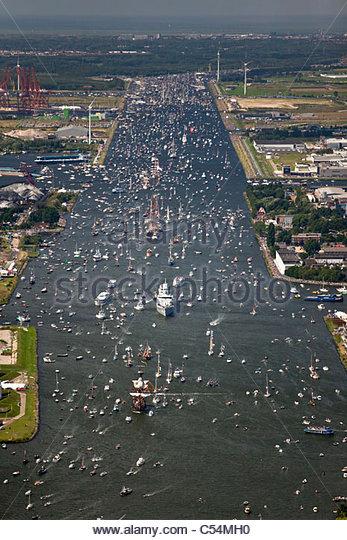 Luftbild der Parade der Großsegler von IJmuiden nach Amsterdam durch Kanal Noordzee Kanaal genannt. Blick auf Stockbild