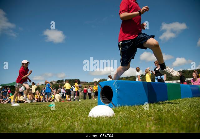 Kinder bei der jährlichen Schulsporttag an einer kleinen Grundschule, UK Stockbild