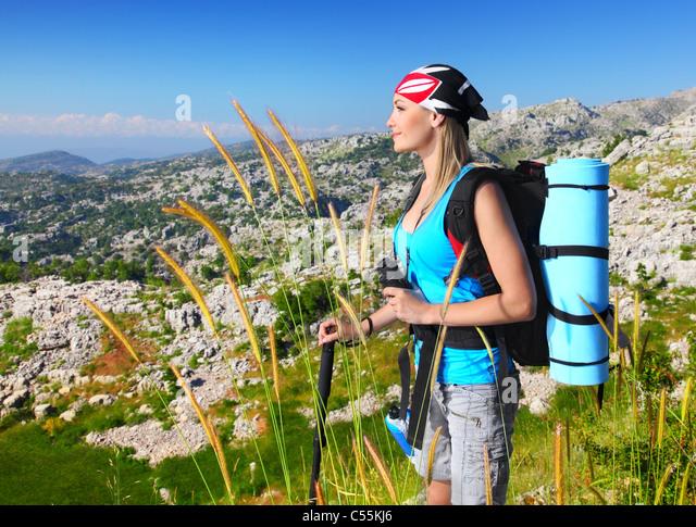 Reisen Mädchen mit Rucksack wandern in den Bergen, Ökotourismus, Freiheit-Konzept Stockbild
