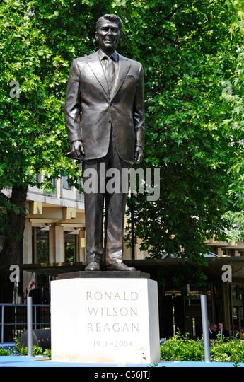 Bronzestatue und steinsockel von Ronald Reagan nach der Enthüllung Zeremonie an der amerikanischen Botschaft Stockbild