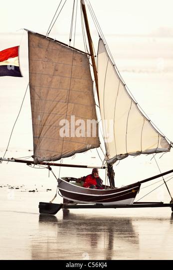Den Niederlanden, Monnickendam. Eis-Segelboot auf zugefrorenen See namens IJsselmeer. Stockbild