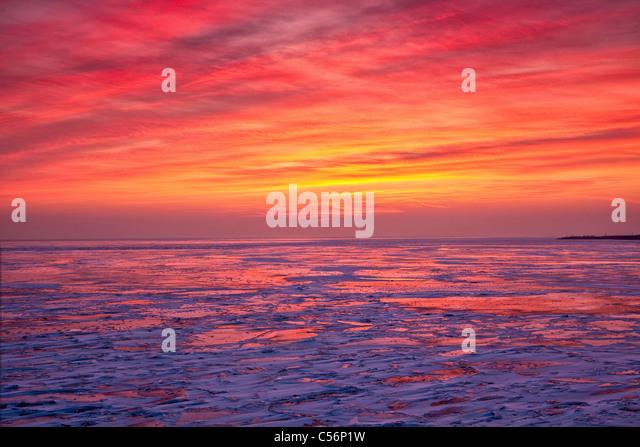 Niederlande, Oosterdijk, Winter, Schnee, Blick auf gefrorenen See IJsselmeer genannt. Sunrise. Stockbild