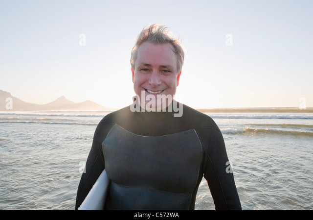 Lächelnde Surfer im Wasser Stockbild