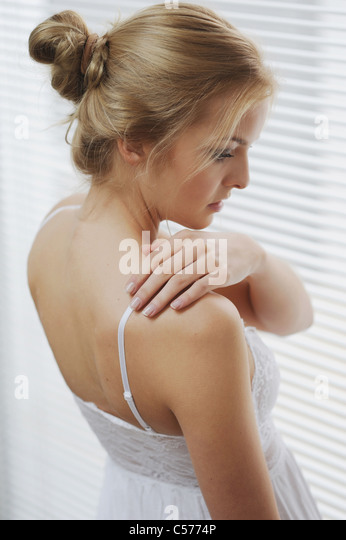 Frau am Fenster-Vorhänge Stockbild