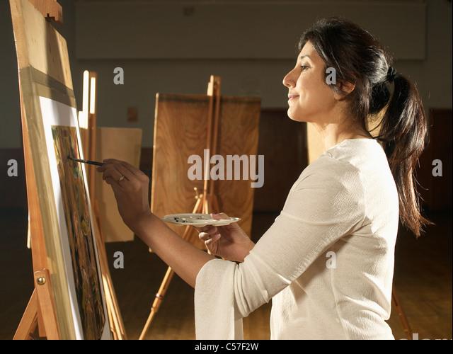 Künstler malen im Atelier Stockbild