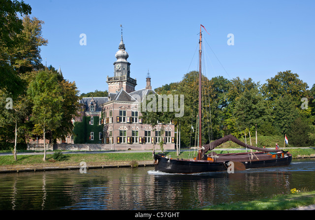 Die Niederlande, Breukelen, Nyenrode Burg entlang des Flusses Vecht. Nyenrode Business University. Traditionellen Stockbild