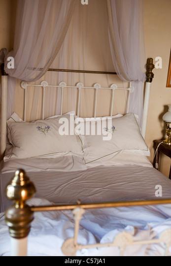 Altmodische Bett mit Vorhängen Stockbild
