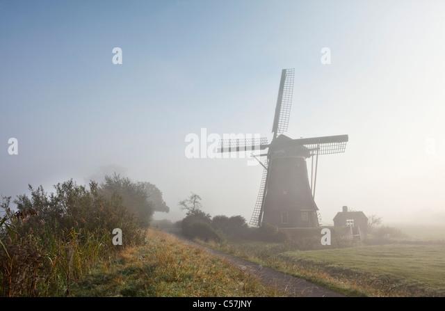 Die Niederlande, Nigtevecht, Windmühle im Morgennebel. Stockbild