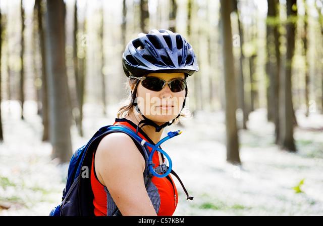 Mountainbiker im Wald stehen Stockbild