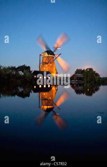 Den Niederlanden, Kinderdijk, beleuchtete Windmühle, UNESCO-Weltkulturerbe. Stockbild