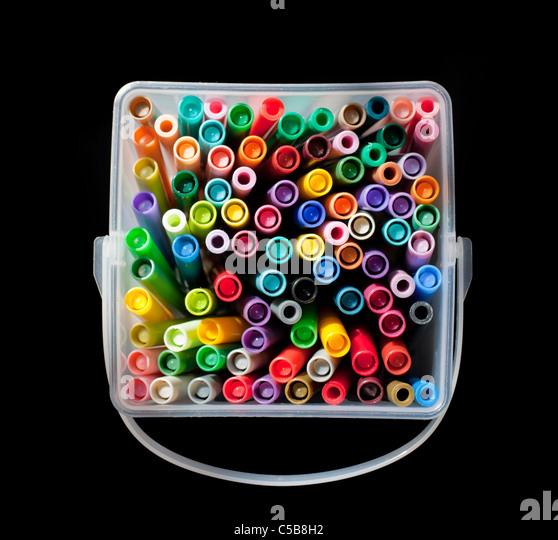 Kunststoff-Behälter voll mit bunten Filzstifte Spitze Stockbild