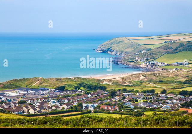 Blick auf Croyde Ortschaft und Bucht in Richtung Baggy Point, North Devon, England, UK Stockbild