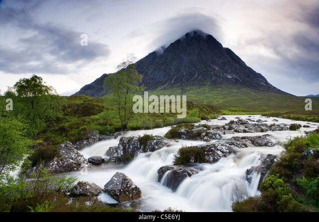 Buachaille Etive Mor und Fluss Coupall, Highland, Schottland, Großbritannien. Stockbild