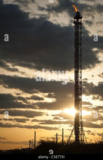 Silhouette des Öl-Raffinerie-Turm bei Sonnenuntergang Stockbild