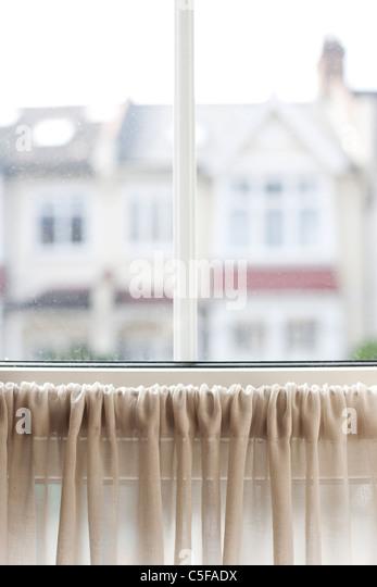 Ansicht der Vorstadthäuser durch Fenster Stockbild
