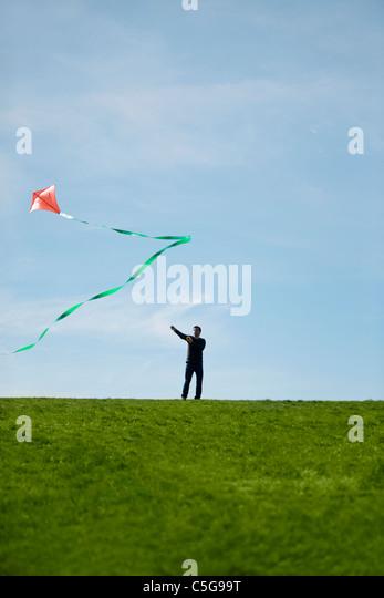 Ein Mann, der fliegen ein Rotmilan Stockbild