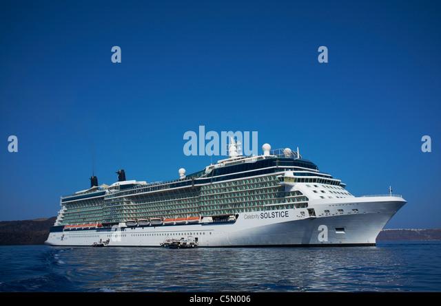 Celebrity Solstice verankert vor der griechischen Insel Santorin, erbaut im Jahr 2009 erbaute Meyer Werft in Deutschland Stockbild