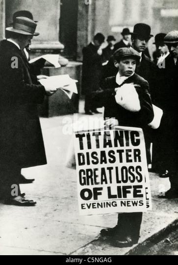 Die Newsboys kündigt den Untergang des Schiffes Titanic, London, 1912 Stockbild