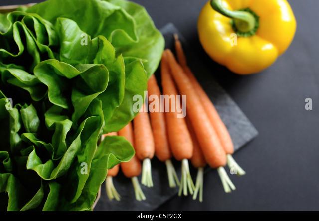 Karotten und eine gelbe Paprika Glocke mit Salat Stockbild
