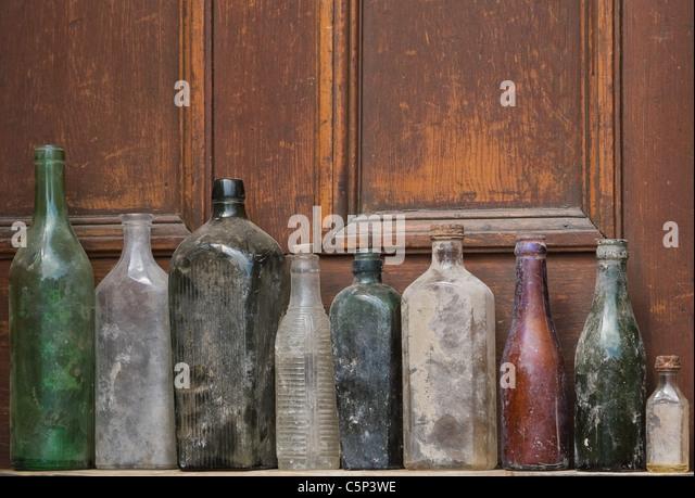 Alten Glasflaschen in Folge Stockbild