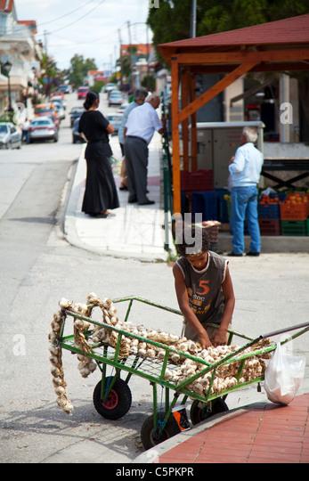 Kefalonia, griechische Insel, Griechenland, junge Knoblauch aus einem Wagen am Straßenrand, um Passanten durch Stockbild