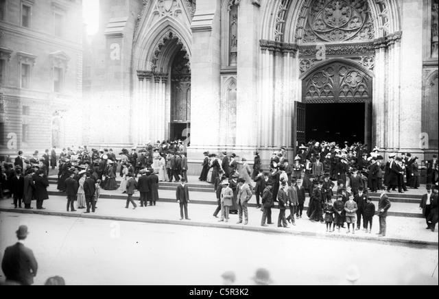 So dass St. Patricks Kathedrale nach dem Ostergottesdienst, 5th Ave., New York City, um 1900 Stockbild