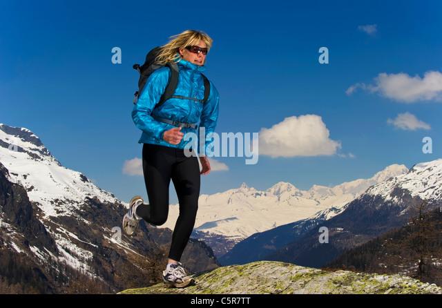 Jogger laufen durch verschneite Berge. Stockbild