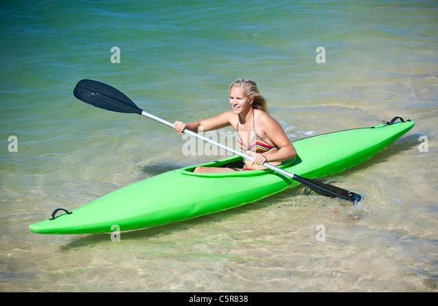 Eine junge Frau, eine Kajak zu paddeln. Stockbild