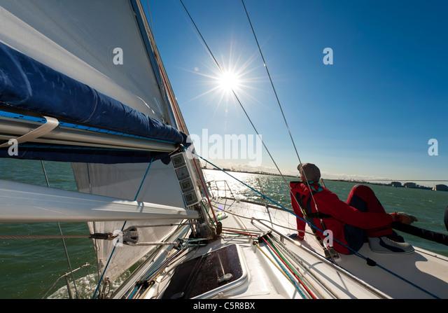 Mann auf Yacht in der Sonne entspannen. Stockbild