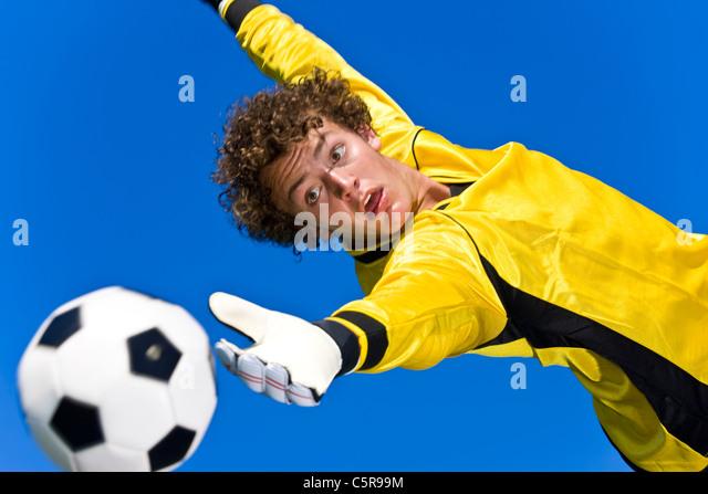 Ein Fußball-Torwart versucht zu speichern Stockbild