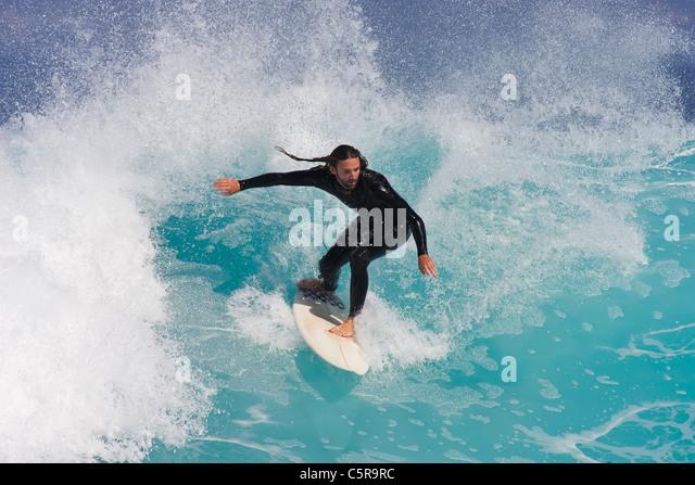 Surfer ausgewogen schöne blaue Welle zu reiten. Stockbild