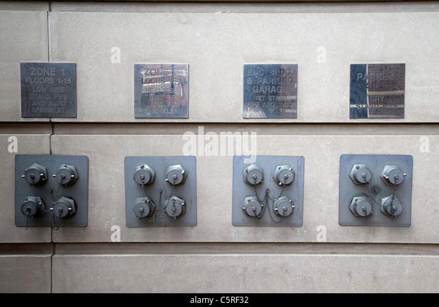 Feuer Stand Rohr und automatische Sprinkler Pumpenanschlüsse an einem Gebäude in Nashville Tennessee USA Stockbild