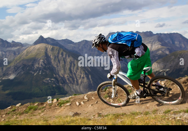 Italien, Livigno, Ansicht des Mannes Reiten Mountain Bike downhill Stockbild