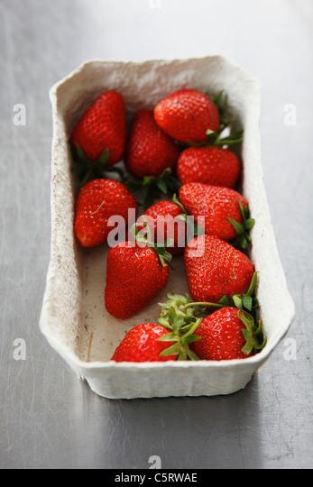 Nahaufnahme von Erdbeeren im Feld Stockbild