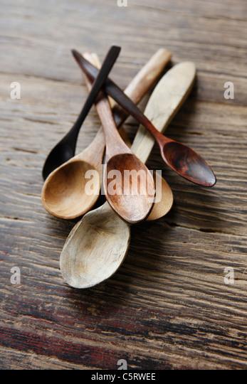 Vielzahl von Holzlöffel auf hölzernen Hintergrund, Nahaufnahme Stockbild