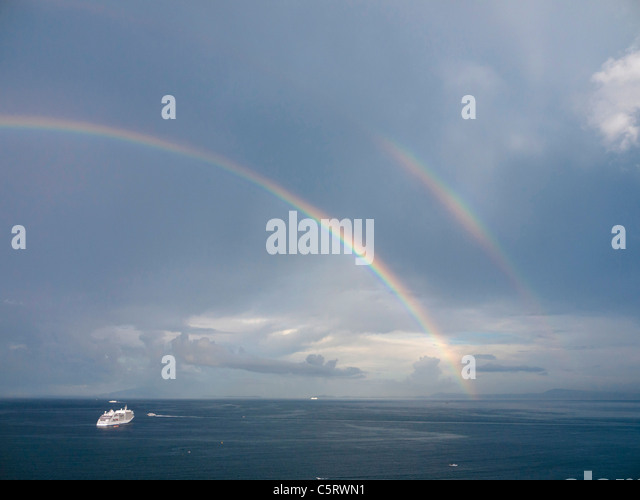 Süditalien, Amalfi-Küste, Piano di Sorrento, Blick auf schönen Regenbogen mit Schiff im Meer in der Stockbild
