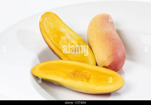 In Scheiben geschnittene Mangos (Mangifera Indica) auf Teller Stockbild