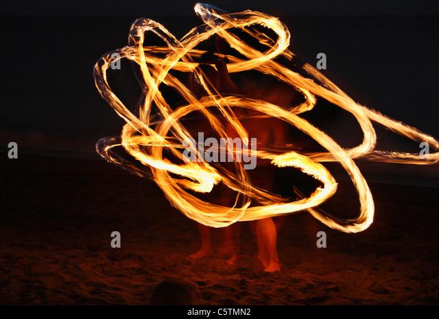 Spanien, Kanarische Inseln, La Gomera, La Playa, Valle Gran Rey, Leute, die Fackel tanzen am Strand am Abend Stockbild
